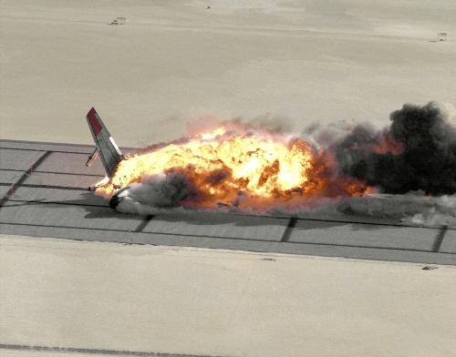 Crash-Tests (hier eine B707 der NASA) sind nur ein Teil der Forschungen zur Flugsicherheit. Der andere Teil betrifft den Menschen