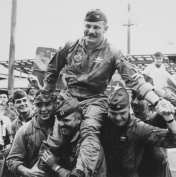 Heldenhafte Piloten (hier Robin Olds nach seinem 100, Einsatz über Vietnam)